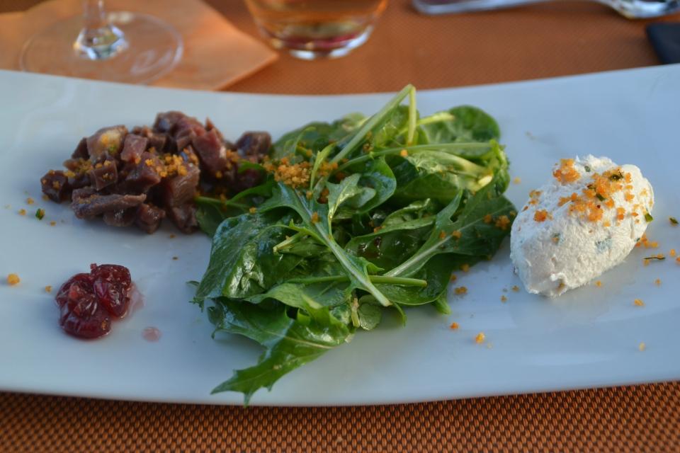 Magret de canard mariné, chèvre frais et salade